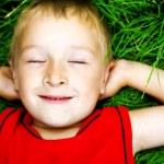 Taze çimenlerin üzerinde mutlu rüya çocuk — Stok fotoğraf