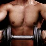 トレーニングの重量を保持強力な筋肉男 — ストック写真
