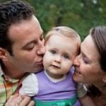 Семейная любовь - поцелуй родителей для дочери — Стоковое фото