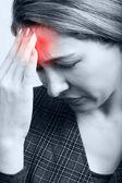 Müde frau mit kopfschmerzen oder migräne — Stockfoto
