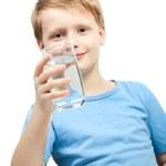 liten pojke hålla glas vatten — Stockfoto