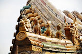 Chinese eave with beast statue — Stock Photo