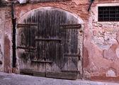 Très vieille grande porte en bois — Photo