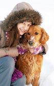 Leende flicka och hennes hund — Stockfoto