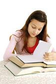 Genç kız okuma — Stok fotoğraf