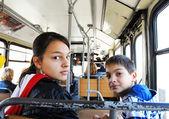 Niño y niña en autobús de la ciudad — Foto de Stock