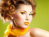 женщина с желтым макияж — Стоковое фото