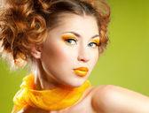 Mujer con maquillaje amarillo — Foto de Stock