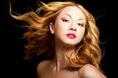 Frau mit fliegenden haaren — Stockfoto