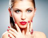 Donna con labbra rosse e manicure — Foto Stock