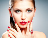 Kobieta z czerwonymi ustami i manicure — Zdjęcie stockowe