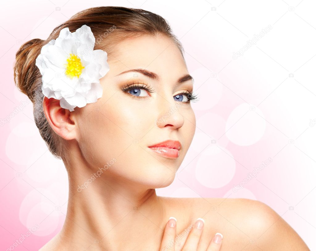 Closeup beautiful woman face with flower. Copyspace — Stock Photo #9788219
