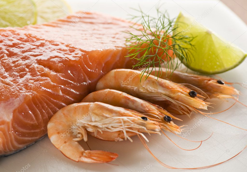 Raw and fresh salmon steak with prawns close up — Stock Photo #8795511