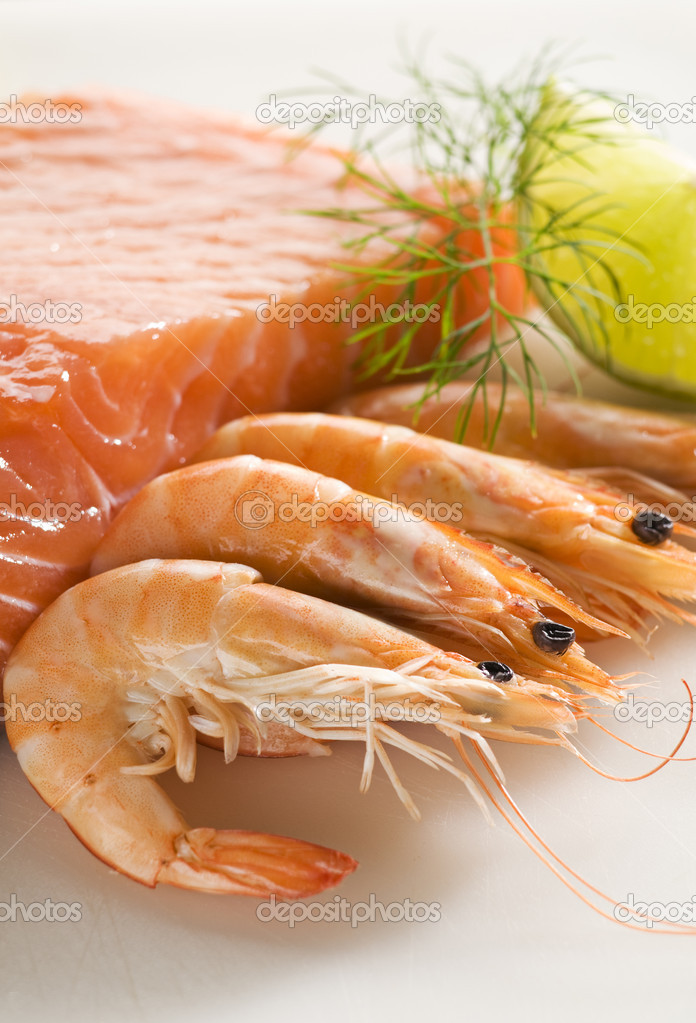 Raw and fresh salmon steak with prawns close up — Stock Photo #8795519