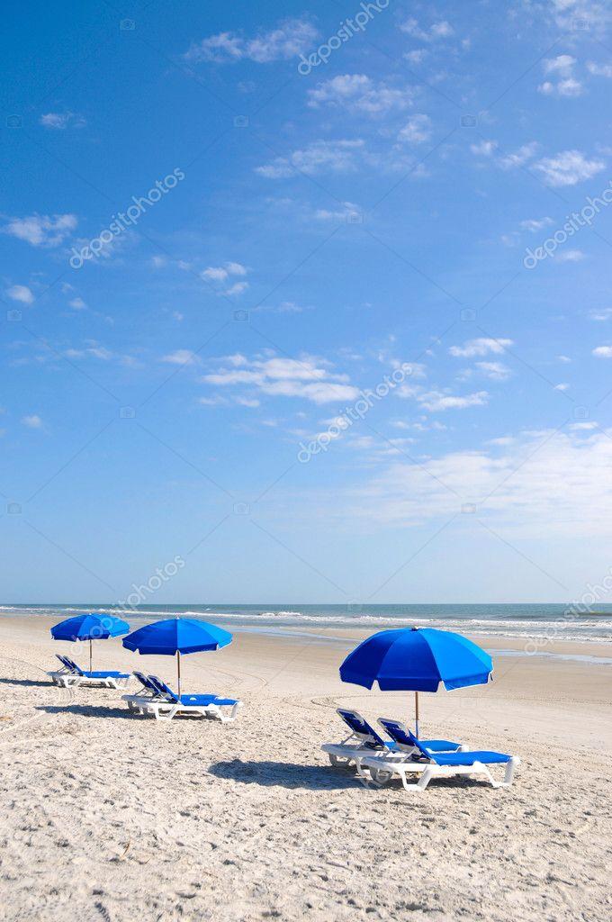 Sillas de playa con sombrilla azul foto de stock - Sombrilla playa ...
