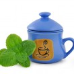 Ceramics cup mint sheet — Stock Photo