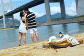 Modern paar zoenen elkaar op strand — Stockfoto
