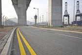 Onder de brug. stedelijke scène — Stockfoto