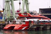 Katamaran prom w utrzymanie portu — Zdjęcie stockowe