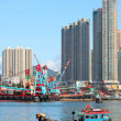Traditional Chinese fishing junk in Victoria Harbor, Hong Kong — Stock Photo