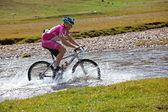 Radfahrer mit der geschwindigkeit des bewegten bergfluss — Stockfoto