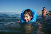 Usměvavý chlapec plavání — Stock fotografie
