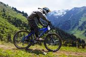 Mountainbiker auf downhill rce — Stockfoto