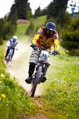 Hora biker na sjezdové rce — Stock fotografie