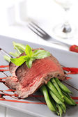 Roast beef and string beans — Stock Photo