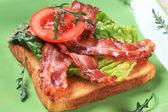 Toast mit knusprigem speck streifen — Stockfoto