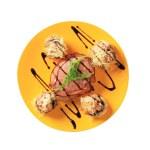 Грибы с начинкой из молотого мяса и филе свинины, бекон намоткой — Стоковое фото