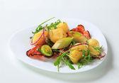 Potatoes with leek and arugula — Stock Photo