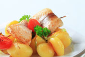 Fish skewer and potatoes — Stock Photo