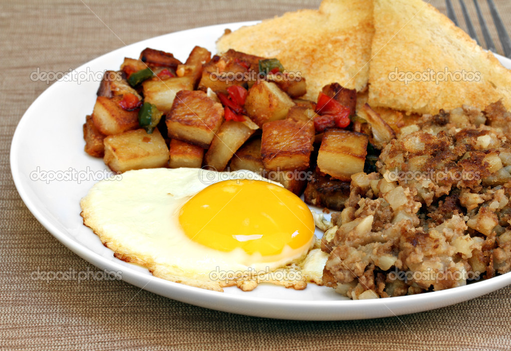 Close up of an egg, roast beef hash, home fries and toast breakfast. — Stock Photo #10170752