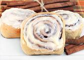 Fresh cinnamon buns with selective foucs. — Stock Photo