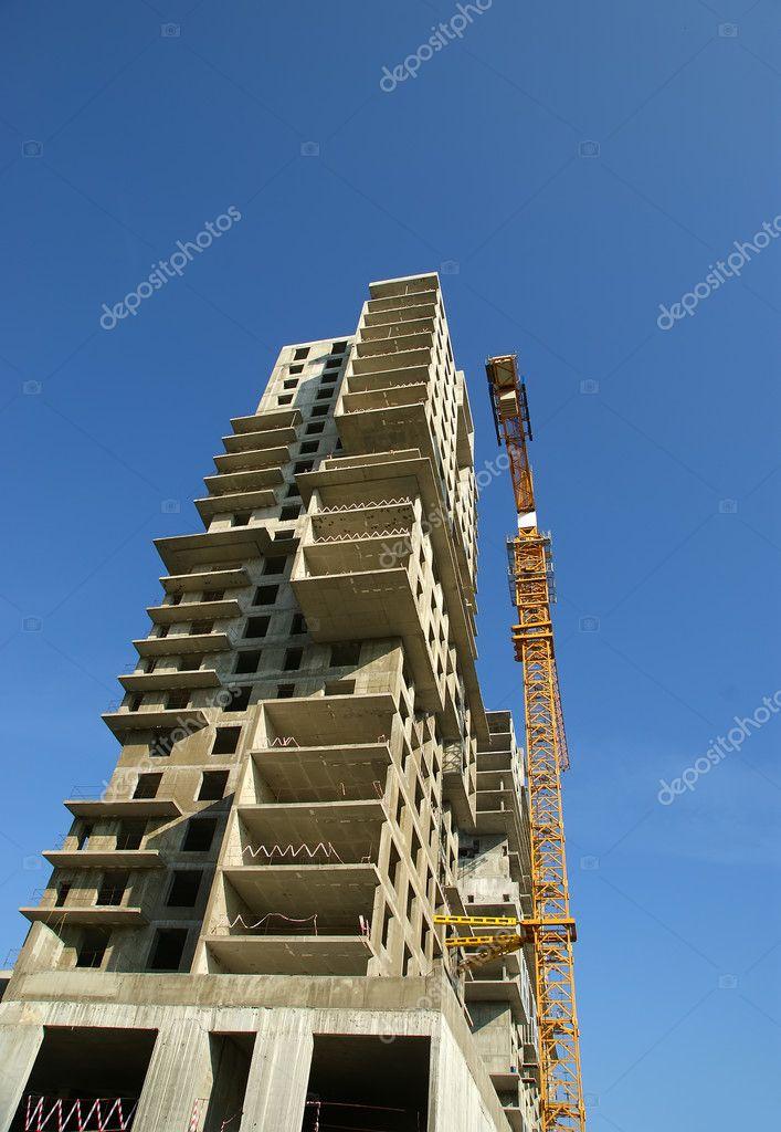Bygga kran på bakgrunden av ett flera våningar byggnad under uppförande u2014 Stockfotografi