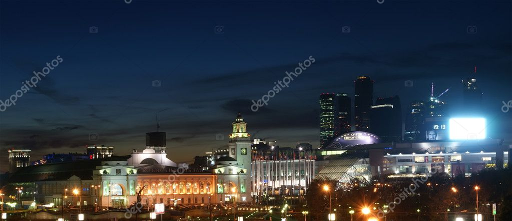 Moscow, Russia. Night. View from the embankment of the Moskva River in the Kievsky train station and pedestrian bridge Bogdan Khmelnitsky — Stock Photo #10184663