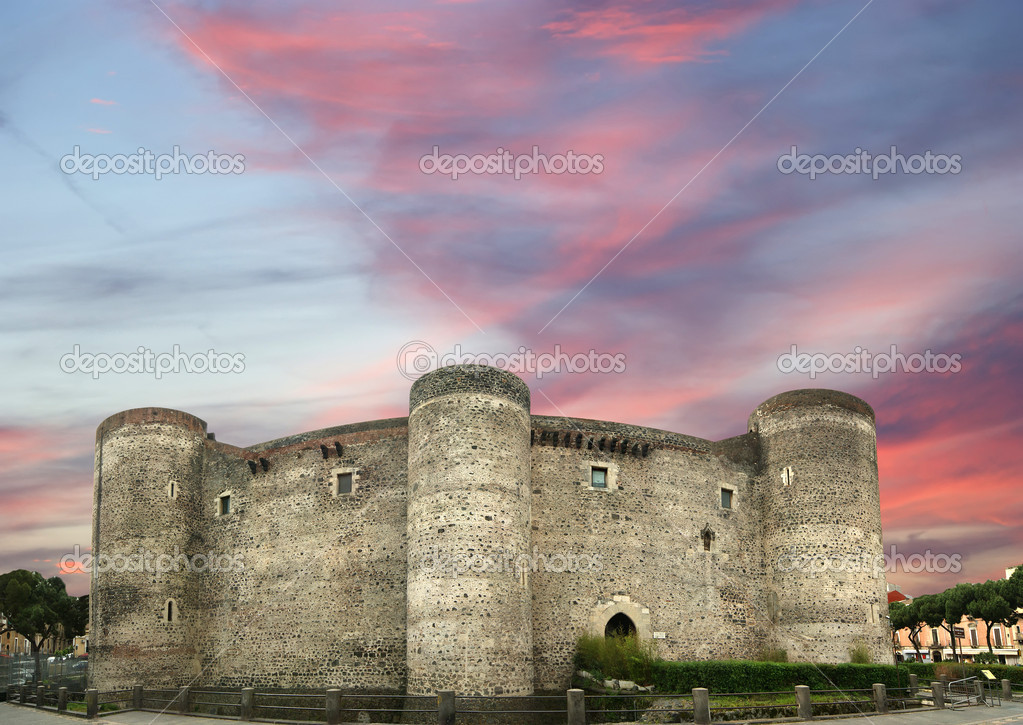 Castello Ursino is a castle in Catania, Sicily, southern Italy — Stock Photo #9000909