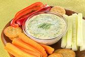 Gemüse und Cracker mit tzatziki — Stockfoto