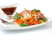 Салат из моркови, огурца и редиса — Стоковое фото