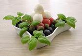 Förrätt av mozzarella, körsbärstomater, oliver och basilika — Stockfoto