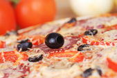 Zeytinli pizza — Stok fotoğraf