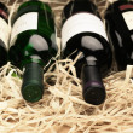vinflaskor i halm — Stockfoto