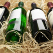 Foto Stock: Wine bottles in straw