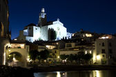 The church and a small beach in Cadaques at night — Stock Photo