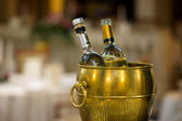 Dwie butelki w wiaderku złota — Zdjęcie stockowe