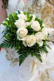 Образ невесты, держа ее букет из роз — Стоковое фото