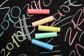 Tizas colores en la pizarra — Foto de Stock