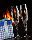 Copas de champán y un regalo — Foto de Stock
