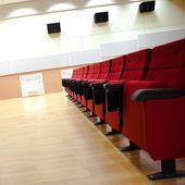Röda stolar i hallen med kopia-utrymme — Stockfoto